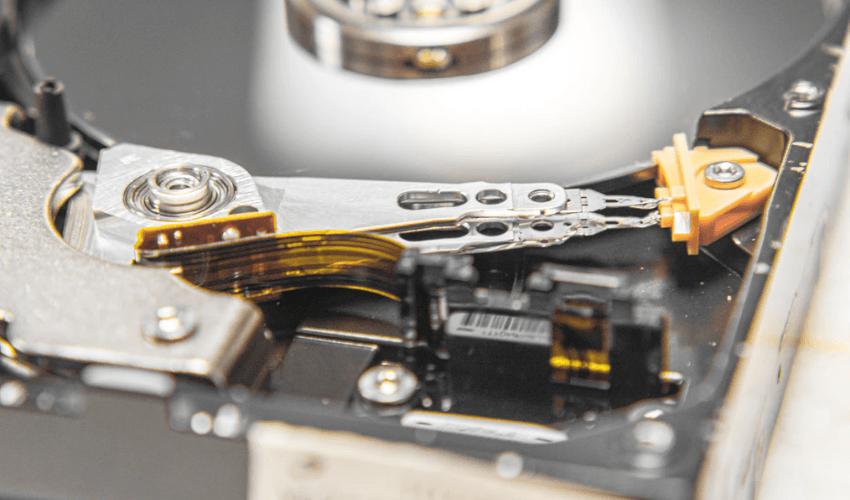 HD aberto com agulha de leitura, discos e atuador
